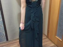Платье изумрудного цвета с открытой спиной